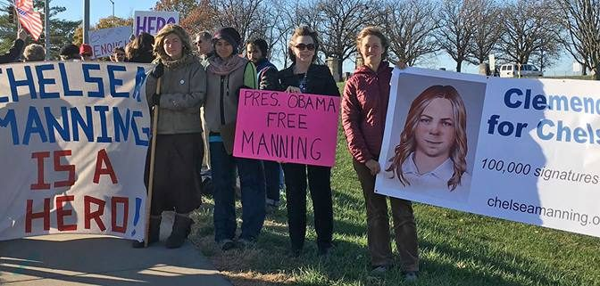 Civil rights groups urge clemency for Chelsea Manning